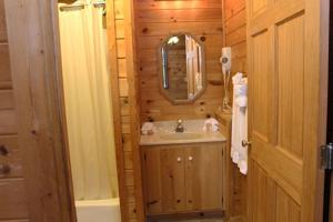 Queen Lodge Room with Jetted Tub
