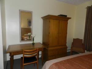 Queen Room with Parking and Airport Transfer