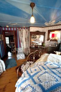 Queen Room with Twin Bed with Private Bathroom