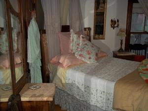 Queen Room with Twin Bed - Shared Bathroom