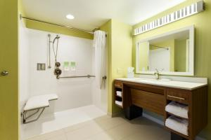 One-Bedroom Queen Suite - Disability Access with Roll-In Shower / Non-Smoking
