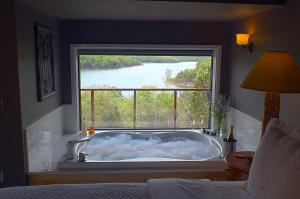 Queen Suite with Lake View