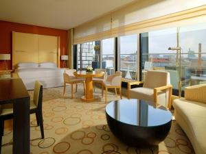 Suite with Panoramic View with Club Lounge Access