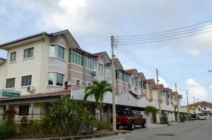 Photo of 5 Bedrooms Guest House Near 1 Borneo