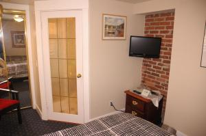 Twin Room with Private Bathroom (Lower Level)