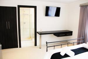 Standard Double Room with bath and shower