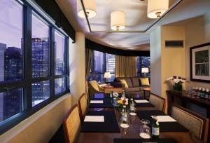 Suite Conference med king-size-seng og utsikt over Times Square