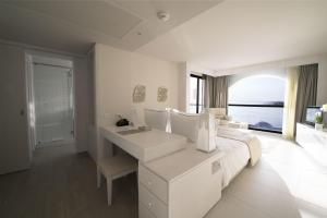 Deluxe Double Room Sea & Pool View