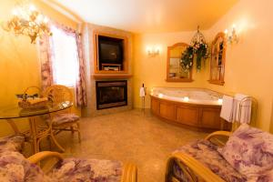 Deluxe Suite with Fireplace and Shower