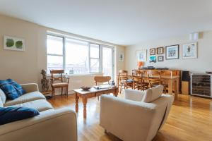One-Bedroom Apartment with Balcony - Amos Place
