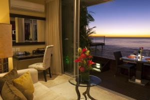 Deluxe Suite with Terrace and Sea View - Sunset Suite