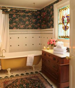 Deluxe Queen Room with Bathtub