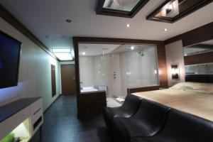 Deluxe Suite with private whirpool bath