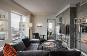 Signature Skyline Suite with Club Lounge Access
