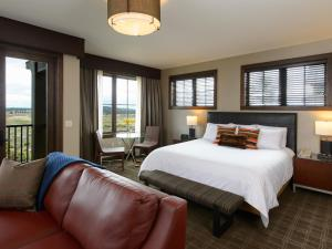 Deluxe Corner King Room with Golf View