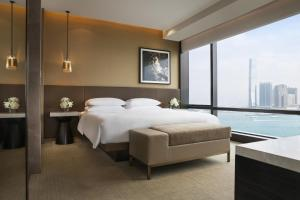 Suite Grand Executive con cama extragrande y vistas al puerto