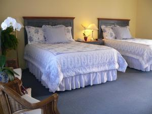 Deluxe Queen Room with Two Queen Beds and Lake View