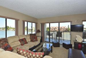 Premier Two-Bedroom Apartment with Bay View (4 Guests)