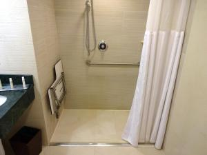 Queen Room with Roll in Shower - Hearing Accessible