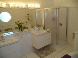 Superior King Room with Ensuite Bathroom