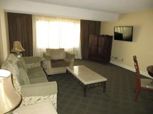 Deluxe One-Bedroom Suite (No Resort Fee)