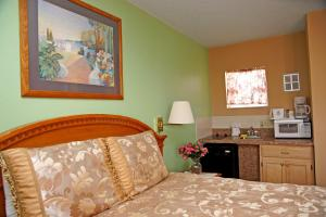 Single Queen Room with Kitchenette