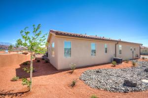Three-Bedroom Canyonlands Home with Gorgeous Patio View