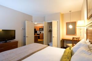 One-Bedroom Queen Suite - Disability Access/Non-Smoking