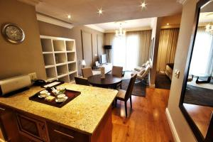 Deluxe One-Bedroom Suite with Living Area
