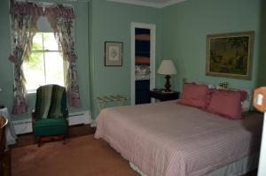 Queen Room with Shared Bathroom - Alice