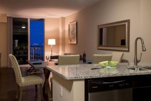 Premier One-Bedroom Apartment Balcony - Bay and City View