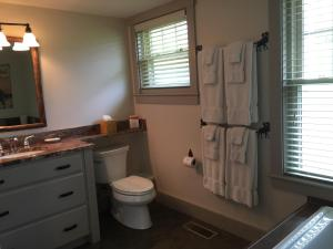 Two Bedroom Cottage with Spa Bath- Lakefront