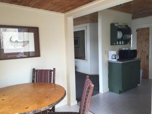 One Bedroom Cottage with Spa Bath- Lakefront