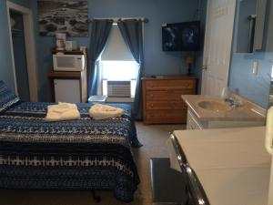 Two-Bedroom Suite with Partial Ocean View - 14