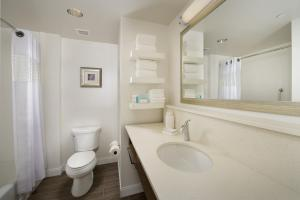 Queen Room Double -  Hearing/Mobile Access with Tub/Non-Smoking