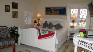 Queen Room with Adjacent Private Bathroom