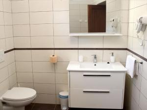 Holiday Home Mate, Дома для отпуска  Tinjan - big - 5