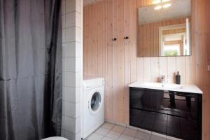 Three-Bedroom Holiday Home Sivsangervænget 01, Дома для отпуска  Хеммет - big - 10