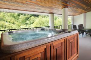 Deluxe King Room with Hot Tub