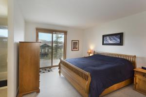 Superior Two-Bedroom Townhouse with Mountain View