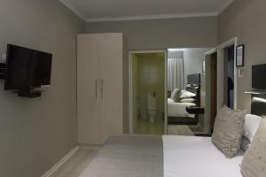 Luxury Queen Room - 3