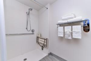 King Room With Mobility Access Roll in Shower - Non Smoking