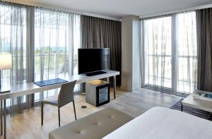 King Suite with Ocean View and Balcony - Corner Room