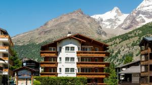 Haus Alpenglück, Apartments  Saas-Fee - big - 1