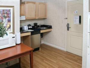 Hearing Accessible Queen Suite - Non-Smoking