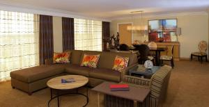 One-Bedroom Conference King Suite - Non-Smoking