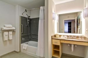 One-Bedroom Queen Suite with Bath Tub - Disability Access