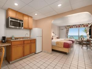 Queen Studio with Two Queen Beds and Kitchenette - Smoking