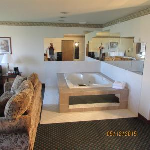 Deluxe King Suite with Spa Bath - Smoking