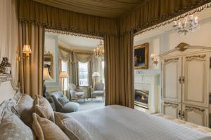 Louis XVI Signature Guest Room